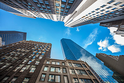 USA, New York City, skyscrapers seen from below - p300m1537679 by zerocreatives