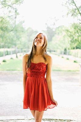 Frau im  roten Partykleid - p586m1041911 von Kniel Synnatzschke