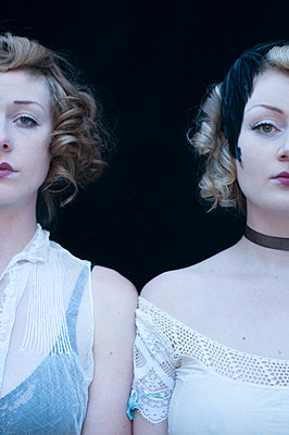 Schwestern - p920m917727 von Jude Mooney