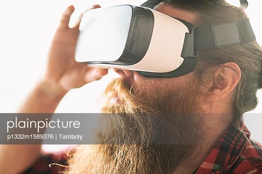 Männlicher Hipster benutzt eine 3-D Brille - p1332m1589376 von Tamboly