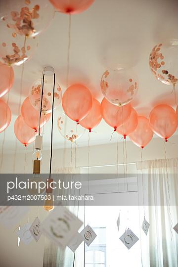 Luftballons mit Karten hängen an Zimmerdecke - p432m2007503 von mia takahara