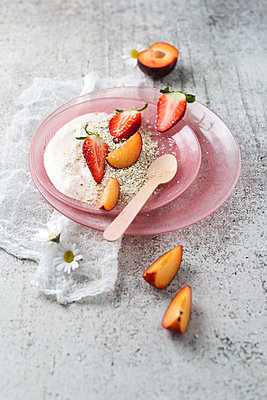 Natural yoghurt with buckwheat grits, strawberries and plums - p300m1587983 by Mandy Reschke