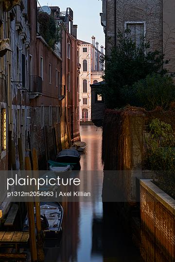 Boote auf dem Kanal in Venedig - p1312m2054963 von Axel Killian