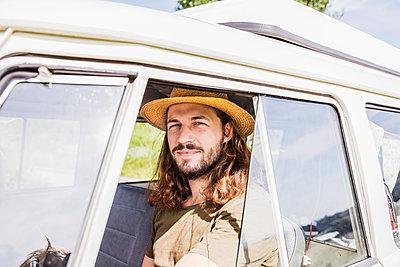 Portrait of young man in a van - p300m2041835 by Jo Kirchherr