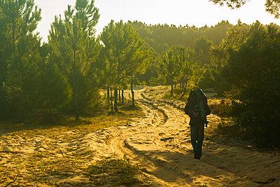 Man walking on desert landscape - p623m2186269 by Pablo Camacho