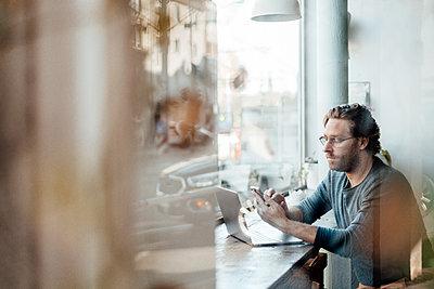Deutschland, NRW, Essen, Cafè, Business, Lockdown, verlassen, Mann, 41 Jahre - p300m2275510 von Joseffson