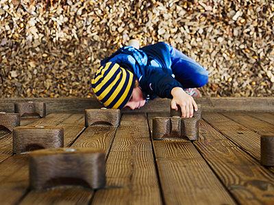 Junge an der Kletterwand - p358m1516374 von Frank Muckenheim