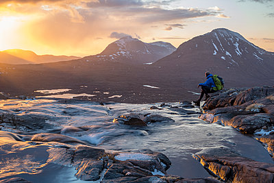 Hiking in the Scottish Highlands in Torridon along The Cape Wrath Trail near Loch Coire Mhic Fhearchair, Highlands, Scotland, United Kingdom - p871m2019012 by Alex Treadway