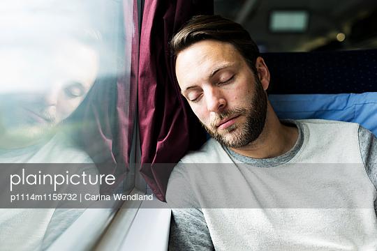 Mann schläft im Zug - p1114m1159732 von Carina Wendland
