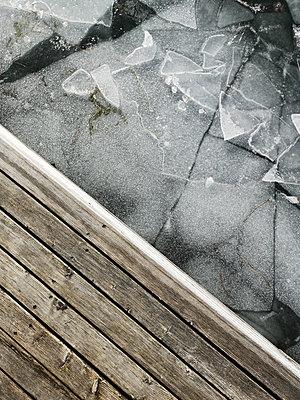 Holzsteg und zerbrochenes Eis - p1383m2063372 von Wolfgang Steiner