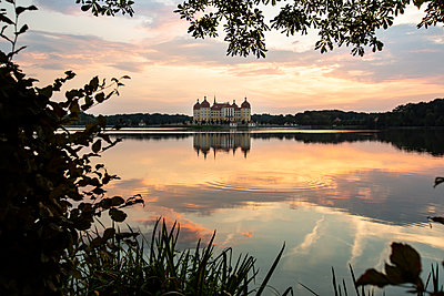 Germany, Saxony, Moritzburg Castle at castle pond in the evening - p300m2102520 by Anke Scheibe