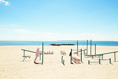 Seniorin macht Sport am Strand - p432m1189829 von mia takahara