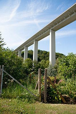 Autobahnbrücke - p550m758657 von Thomas Franz
