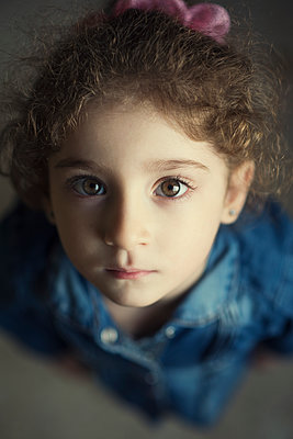 Pretty little girl looking at camera  - p794m2031109 by Mohamad Itani