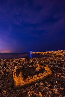 Sandburg am Strand bei Nacht - p829m1110848 von Régis Domergue