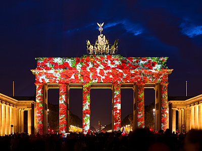 Brandenburg Gate, red roses, light show - p885m2200472 by Oliver Brenneisen