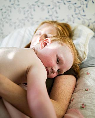 Ausruhem mit Mama - p972m1333397 von Patric Johansson