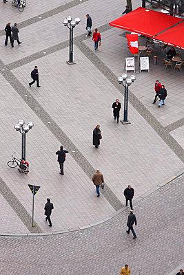 Menschen auf dem Rathausmarkt in Hamburg - p9790836 von Dott