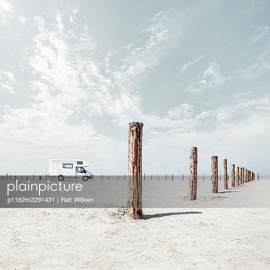 Campervan on an endless beach - p1162m2291431 by Ralf Wilken