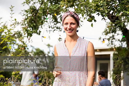 Junge Frau im Garten, Porträt - p788m1165365 von Lisa Krechting