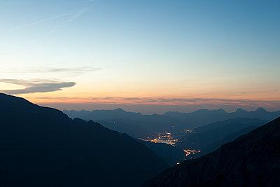 Alpenlandschaft nach Sonnenuntergang mit Blick auf Zell am See - p1383m1480798 von Wolfgang Steiner