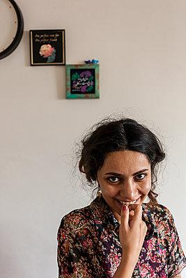 Lachende Frau vor Bilderrahmen - p1611m2182320 von Bernd Lucka