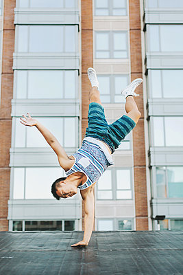Man breakdancing on concrete floor, Boston, Massachusetts, USA - p924m1180157 by Lena Mirisola