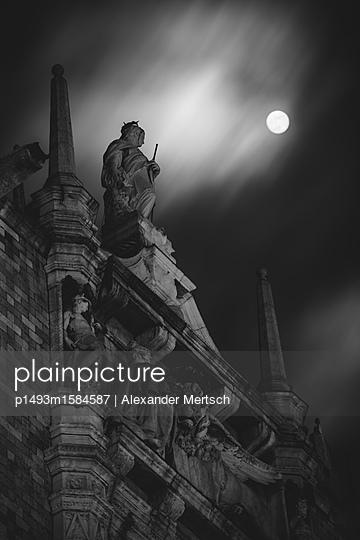 Dogenpalast Statue bei Vollmond, Venedig - p1493m1584587 von Alexander Mertsch