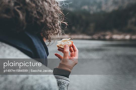 Picknick am Waldsee im Herbst - p1497m1584599 von Sascha Jacoby