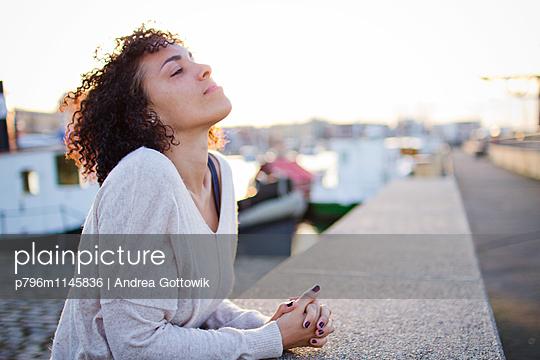 Stadthafen - p796m1145836 von Andrea Gottowik