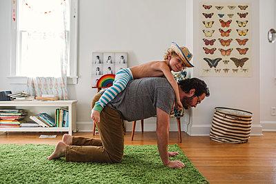 Vater und Sohn zuhause - p1361m1225614 von Suzanne Gipson