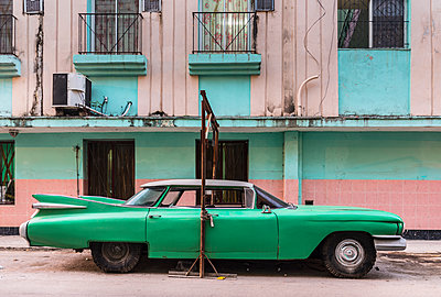 Parked green vintage car, Havana, Cuba - p300m2114366 by hsimages