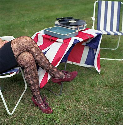 Englisches Retro-Picknick mit Union-Jack und Beatles-Platte - p342m741792 von Thorsten Marquardt