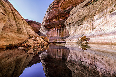 Scenery of sandstone cliffs surrounding Lake Powell, Utah, USA - p343m1578142 by Suzanne Stroeer