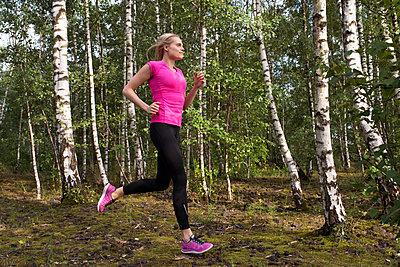 Sportswoman - p608m1058317 by Jens Nieth