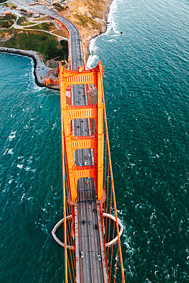 Overhead aerial image of Golden gate bridge, San Francisco, California, USA - p651m2007140 by Matteo Colombo photography