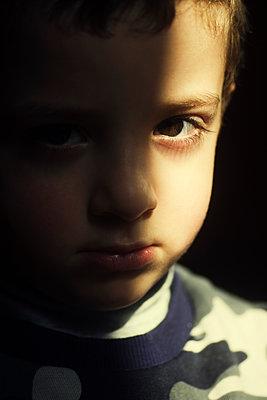 Sad boy looking at camera  - p794m2073070 by Mohamad Itani