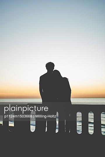 Verliebtes Paar bei Sonnenuntergang - p1124m1503668 von Willing-Holtz