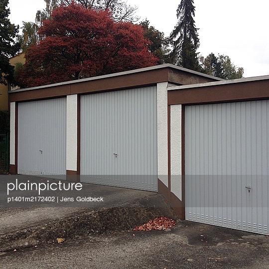 Drei Garagen auf einem Hinterhof - p1401m2172402 von Jens Goldbeck
