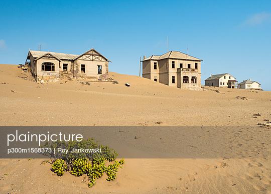 Africa, Namibia, houses of ghost town Kolmanskop at Namib desert - p300m1568373 by Roy Jankowski