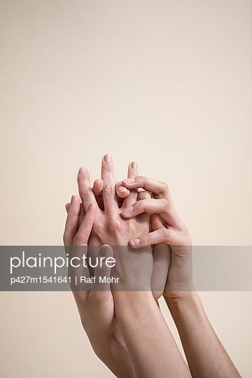Hände berühren sich - p427m1541641 von R. Mohr