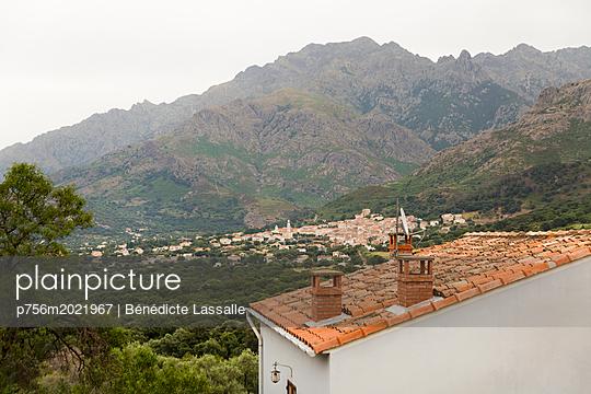 View of mountain range - p756m2021967 by Bénédicte Lassalle