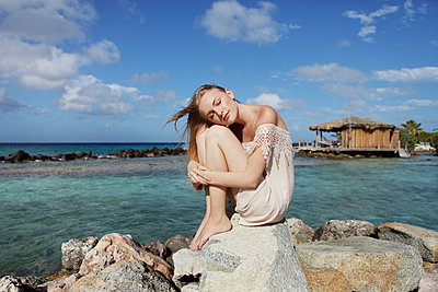 Young woman by the sea - p045m916096 by Jasmin Sander