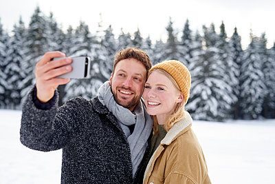 Young couple takes a selfie - p1124m1589332 by Willing-Holtz