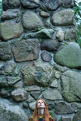 Rothaarige Frau an einer Mauer - p427m1537846 von R. Mohr