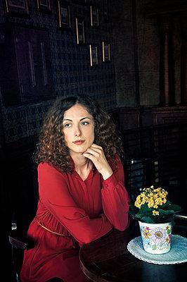 Beautiful woman waiting alone in restaurant - p577m925782 by Mihaela Ninic
