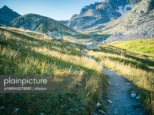Hiking trail at sunrise in Alps mountains in Italy - p1660m2278260 by ofoulon
