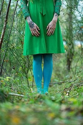 Frau mit grünem Kleid - p427m1538013 von Ralf Mohr