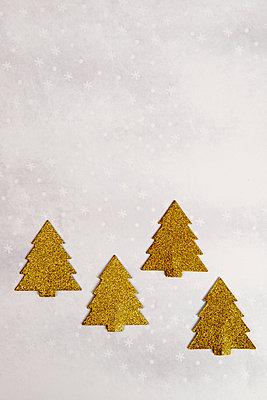 Vier goldene Weihnachtsbäume aus Glitzerpapier - p451m2141475 von Anja Weber-Decker