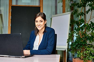 Junge Frau im Büro - p890m1440354 von Mielek